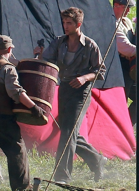 ROBERT-PATTINSON-ON-THE-SET-OF-WATER-FOR-ELEPHANTS-ON-JUNE-3-2010-twilight-series-12728033-452-622