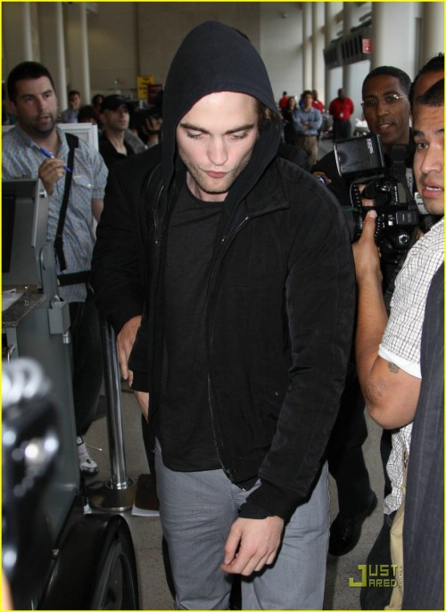 robert-pattinson-black-hoodie-hot-03